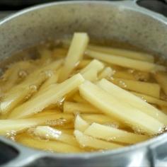 Coloque os palitos de batata em pouco óleo