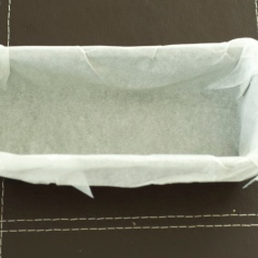 Ajeite o papel dentro da fôrma