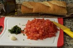Pique os tomates e o manjericão