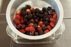 Lave as frutas e deixe escorrer