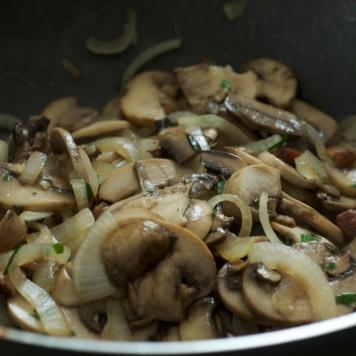 Acrescente os cogumelos e a salsinha