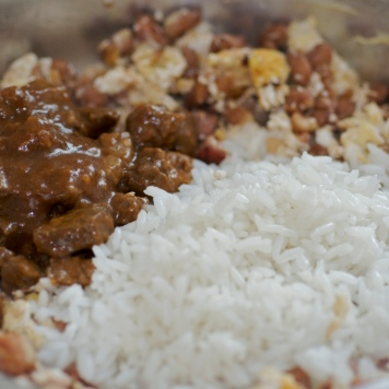 Acrescentar o arroz e a carne