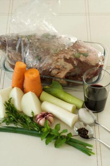 Pernil já temperado de véspera e ingredientes para o caldo