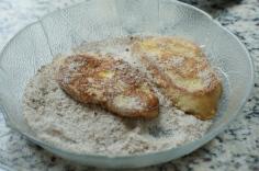 Passe na mistura de açúcar e canela