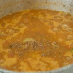 Acrescente o molho de tomates e água até tampar