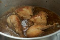 Volte com o frango e adicione água