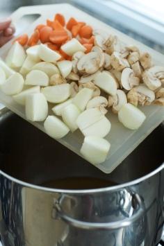 Acrescentando cebola, cogumelo e cenoura
