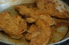 Cozinhe os peitos de frango pingando um pouco de água