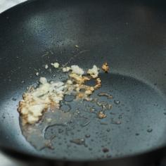 Frite o sal com alho