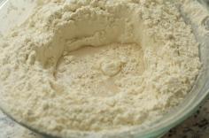 Faça um buraco no meio da farinha e despeje os líquidos