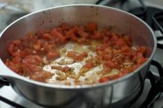 Refogue o alho e os tomates