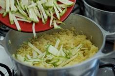 Adicione a abobrinha ao arroz semi-cozido
