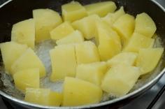 Doure as batatas já cozidas