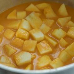 Junte a maçã cortada ao caldo coado