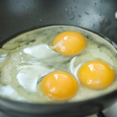 Na gordura que ficou, frite os ovos