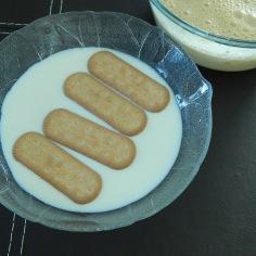 passe os biscoitos no leite