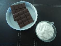 Derreta o chocolate e junte creme de leite