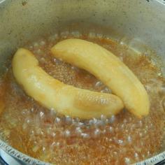 Coloque as bananas para cozinhar