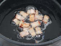 Doure o bacon em lâminas