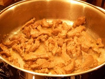 Frite todo o filé, aos poucos, mexendo sempre