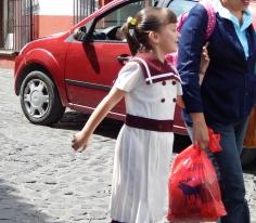 Criança saindo da escola