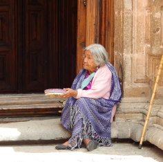 Senhora na Porta da igreja