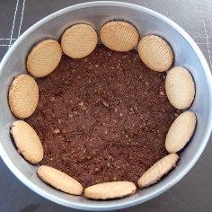 Forre a lateral da forma com o biscoito redondo