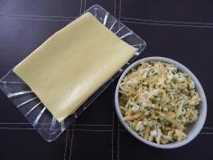 Pasta fresca de lasagna e queijos misturados