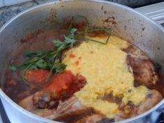 Junte o milho batido e o molho de tomates