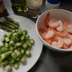 Corte os aspargos e tempere o camarão