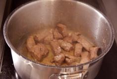 Escorra e frite a carne no azeite