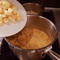 Misture creme de leite e maçãs