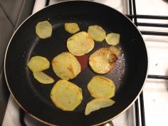 Frite as batatas