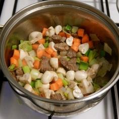 Refogue a carne e os legumes
