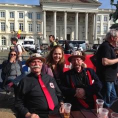 Com os belgas do clube do bigode