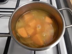 Junte água quente e deixe cozinhar