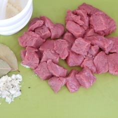 Carne em cubos, temperos