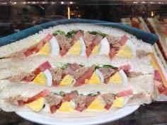 2 - Atum, ovos, tomate e alface