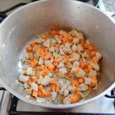 Frite frango, cebola e cenoura