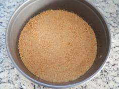 Ponha a farinha na forma e nivele