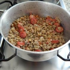 Junte as lentilhas e água quente
