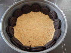coloque na forma e distribua os biscoitos Oreo