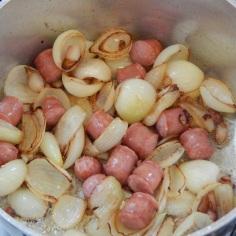 Frite cebolas e linguiça