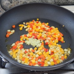 Doure a cebola e os pimentões