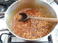 Misture o amendoim à calda de rapadura