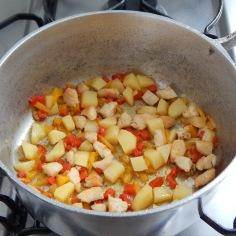 Junte batata e pimentões