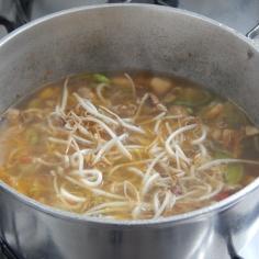 Junte broto de feijão e água quente