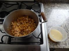 Frite o frango com a cebola e o milho
