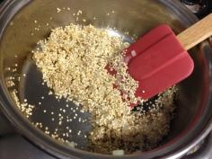 Doure a cebola e junte a quinoa