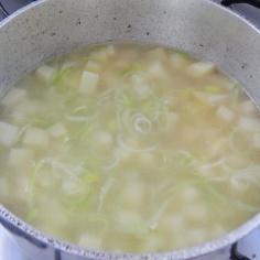 Refogue alho poró e batata, junte água quente